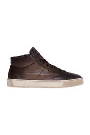 Buffered leather sneaker