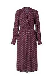 Feminine fit dress with belt and art deco pattern