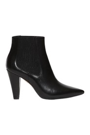 Ankle boot in leather with medium heel