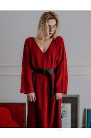 Sukienka z dekoltem w szpic i szerokimi rękawami