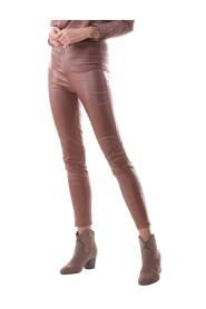 Spodnie z eko-skóry ozdobione złotą blaszką