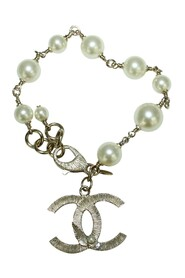"""Pre-owned Classic Elegant Pearl Bracelet with """"CC"""""""