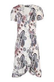 Letnia sukienka z falbanami we wzór