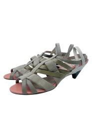 Nøytral sandal med semsket skinn og sandaler med stropper i skinn