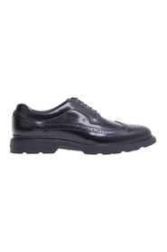 English style lace-up with upper in shiny leather