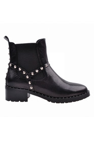 Boot with elastic and rivets