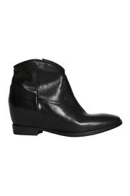 Ankle boot with internal heel